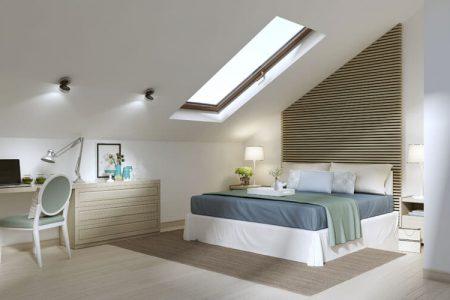 Helles Schlafzimmer mit Dachschräge