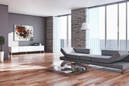 Wohnzimmer mit hohen Fenstern